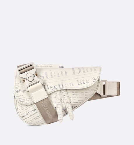 Saddle-tas DIOR AND DANIEL ARSHAM van wit kalfsleer met Newspaper-print aria_frontView