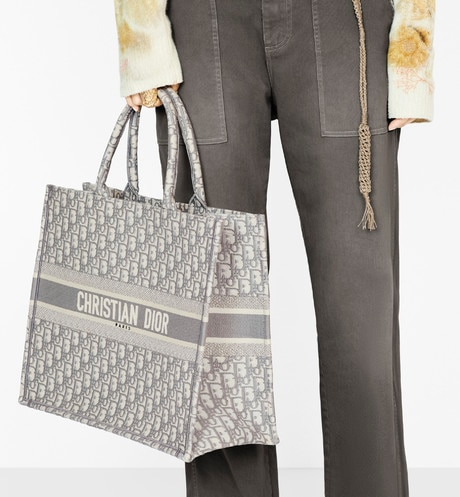 'Dior Book' Tote Bag aus Dior Oblique-Stoff mit Stickerei in Grau aria_wornViewCropped